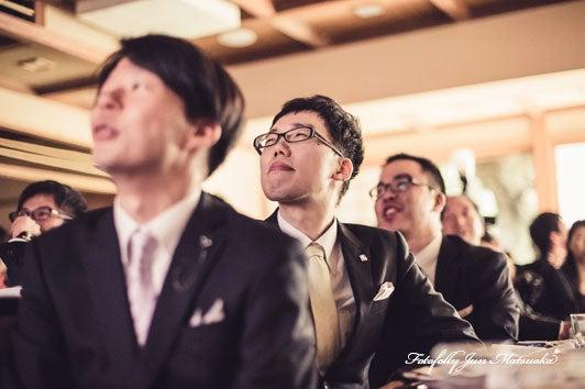 つきじ治作 ウエディングフォト 披露宴映像を見るゲスト ブライダルフォト 結婚写真