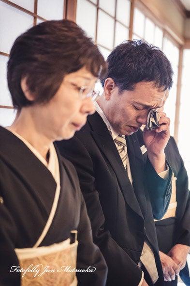 つきじ治作 ウエディングフォト 披露宴新郎から両親へのメッセージに涙する両親 ブライダルフォト 結婚写真