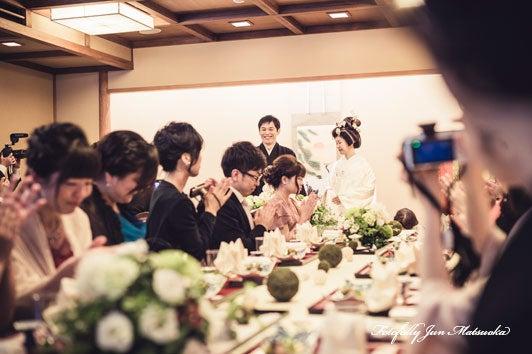 つきじ治作 ウエディングフォト 披露宴入場新郎新婦メインテーブル前 ブライダルフォト 結婚写真