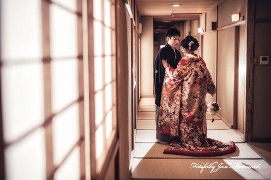 つきじ治作 ウエディングフォト 宴後ロケーションフォト色打掛廊下 ブライダルフォト 結婚写真