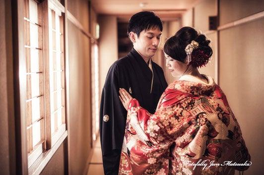 つきじ治作 ウエディングフォト 宴後ロケーションフォト色打掛廊下2 ブライダルフォト 結婚写真