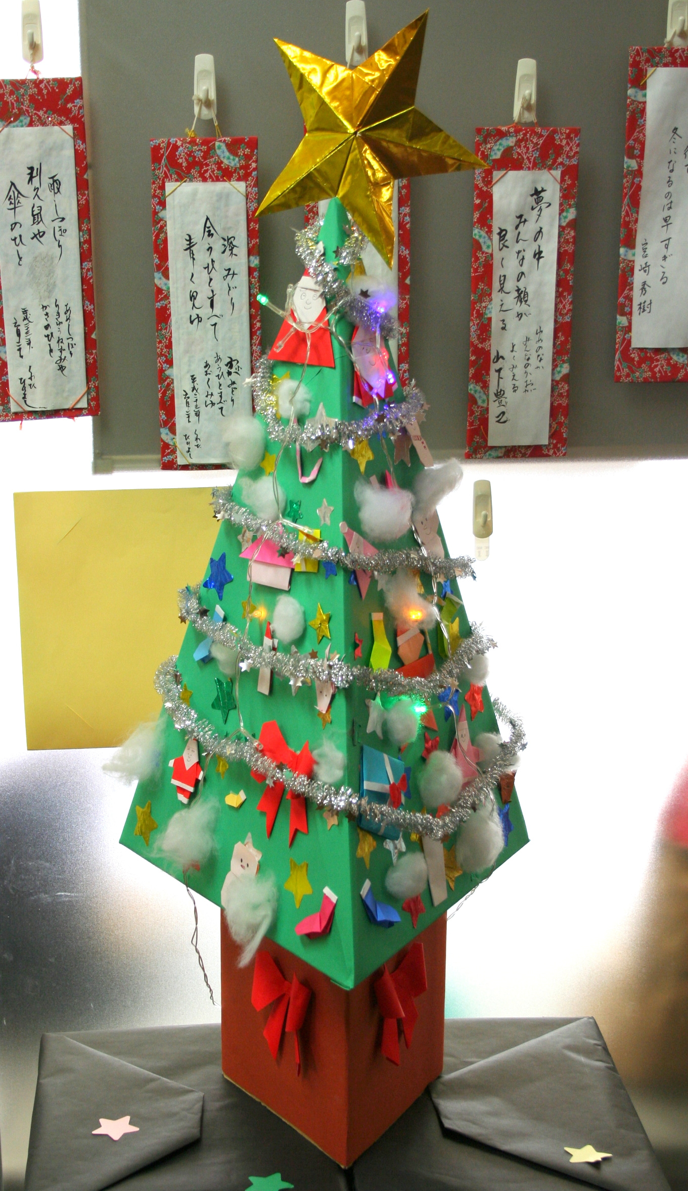 手作りのクリスマスツリー完成! / デイサービス 制作作品
