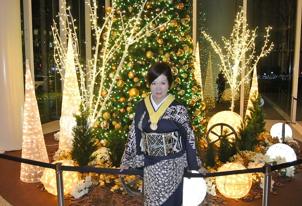 パシフィックセンチュリープレイス丸の内のクリスマスツリー前 由美ママ