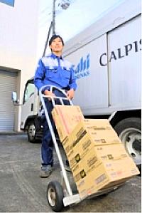 【トラックの助手席で時給910円】週1シフトでOK!自販機の補充補助バイトの記事より