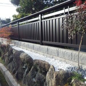 日本家屋を引き立てる格調高いフェンスの画像