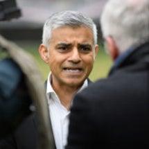 英国:カーン市長の成…