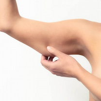 腕がパンパン「二の腕から太る女性の特徴」の記事に添付されている画像