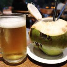 南国で飲むココナッツ…