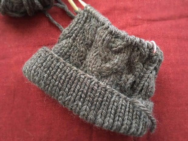 手編みニット帽子のケーブル編み手作りハンドメイド