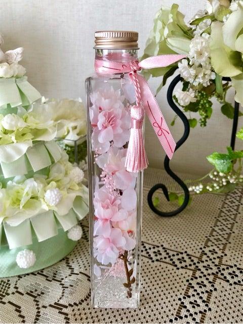 春は、卒業、入学、就職、転勤・・と新しい門出をお祝いする季節。 美しいアーティフィシャルフラワーの桜のハーバリウム