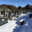 まだまだ雪深い霊園内…
