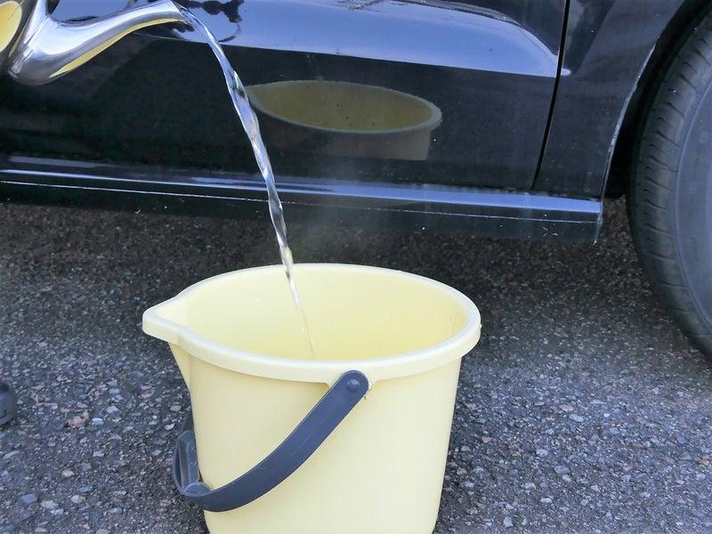 まず、バケツに水を入れます。ここで、お湯も一緒に入れます