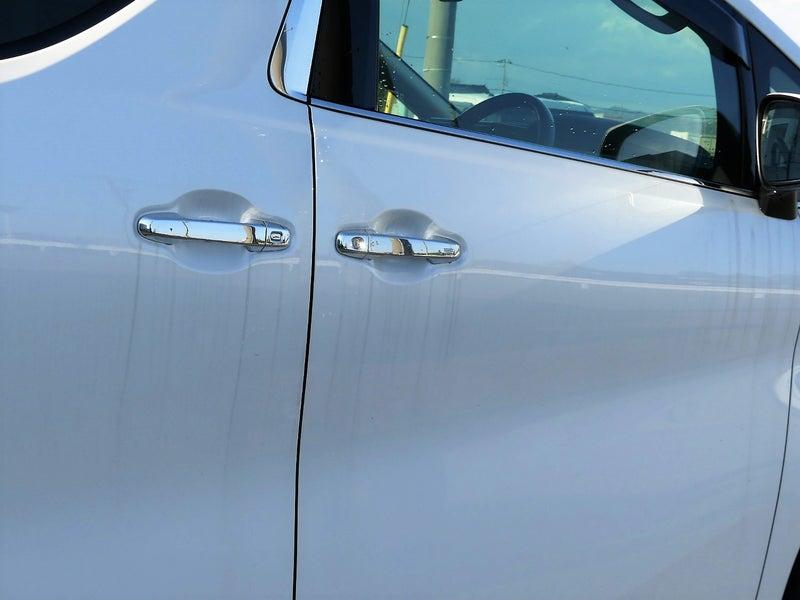 白い車のボディはほっとくと黒いスジ/水垢汚れがすぐに付く!放置すると固着してとれなくなることも!