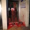 ▼唸声イスラエル映像/テルアビブ移民局へマネキンの首と赤ペンキ・・・の画像
