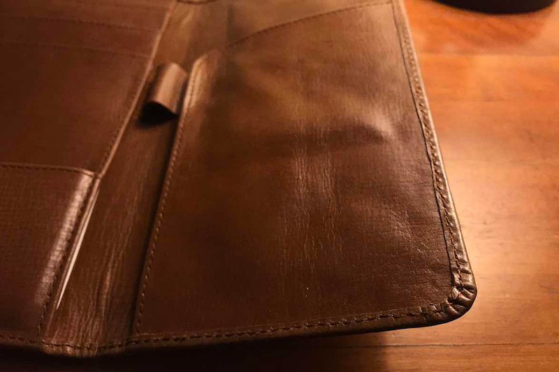出来上がったパスポートケースの縁