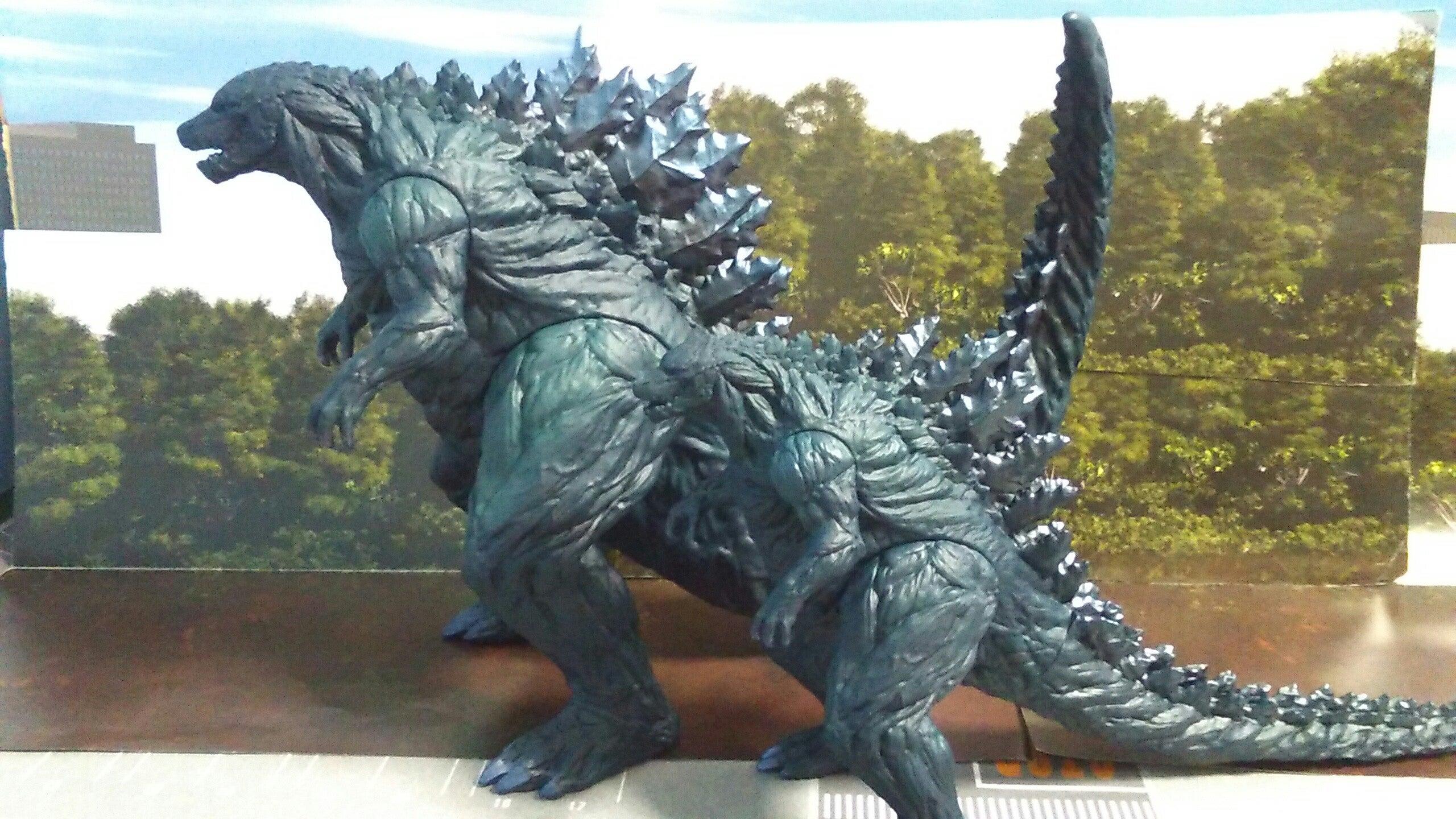 ムービーモンスターと比べて、造形は尻尾しか違いませんが、大きい故に迫力が違います。 アースとフィリウス