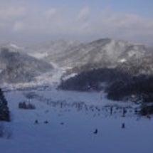 豪雪の中でスキー