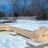 雪の中のログハウス作りの画像