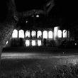 暗闇の中に佇む城館、…