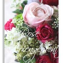 赤いバラのアレンジメントの記事に添付されている画像
