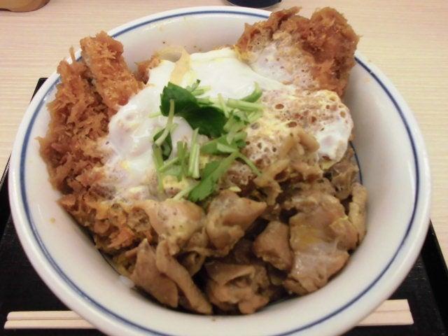 鶏煮込みとチキンカツの合い盛り丼3