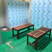教育施設の、更衣室の…