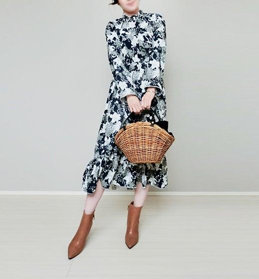 42a955d675a68 ... ワンピースで春待ちコーデ。 パッと目を引く大胆な花柄デザインだけど、シックな色合いだから大人女子でも一枚で着られちゃう。 ハイネックレトロ  ...