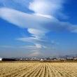 富士山の上に連続笠雲…