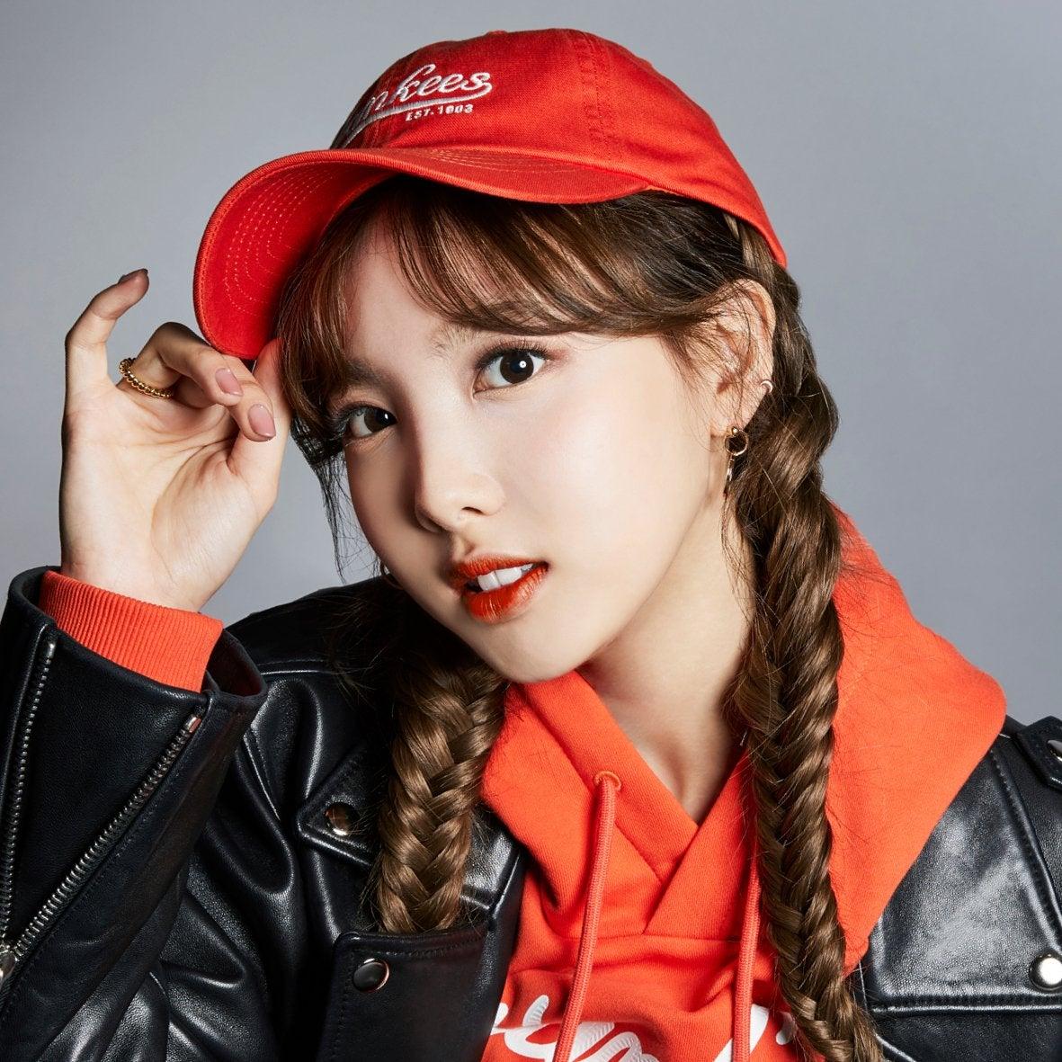 TWICEのメンバー(ナヨン、ジョンヨン、モモ、サナ、ジヒョ、ミナ、ダヒョン、チェヨン、ツウィ)が広報モデルを務めるスポーツカジュアルブランド『MLB  Korea』