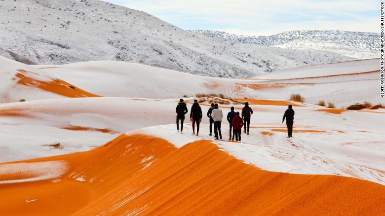 雪に覆われたサハラ砂漠
