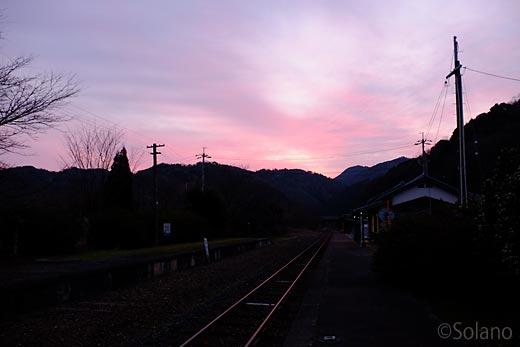 川平駅、夜明けを告げる赤い空