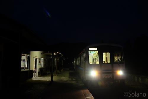 江津発の三江線列車、夜明け前の川平駅に到着。
