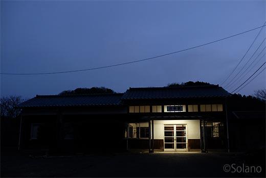 川平駅、夜明け前の木造駅舎