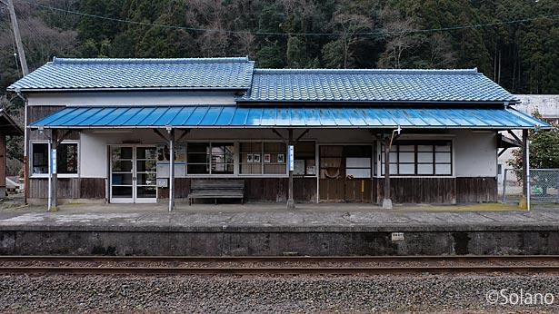 三江線・川平駅、威容と趣き溢れる駅舎ホーム側