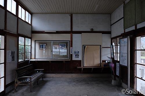 三江線・川平駅の木造駅舎、待合室