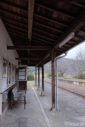 川平駅、木造駅舎と古いベンチ