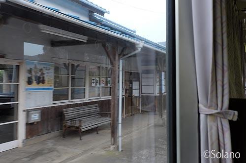 三江線、川平駅を去り行く列車