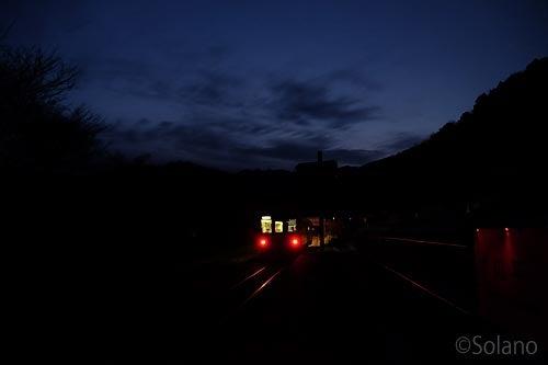 夜明け前の川平駅を発つ三江線・三次行き列車