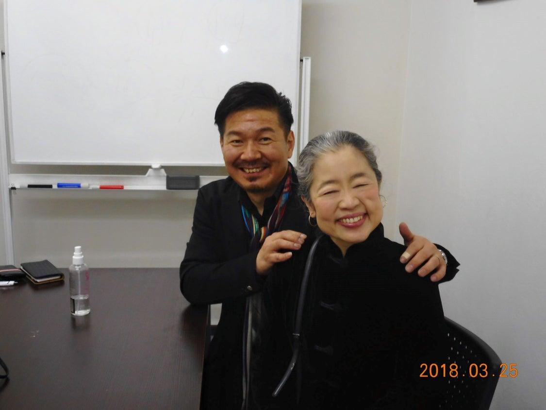 全盲のシンガーソングライター大嶋潤子さんの個別メイクレッスンの模様の記事より