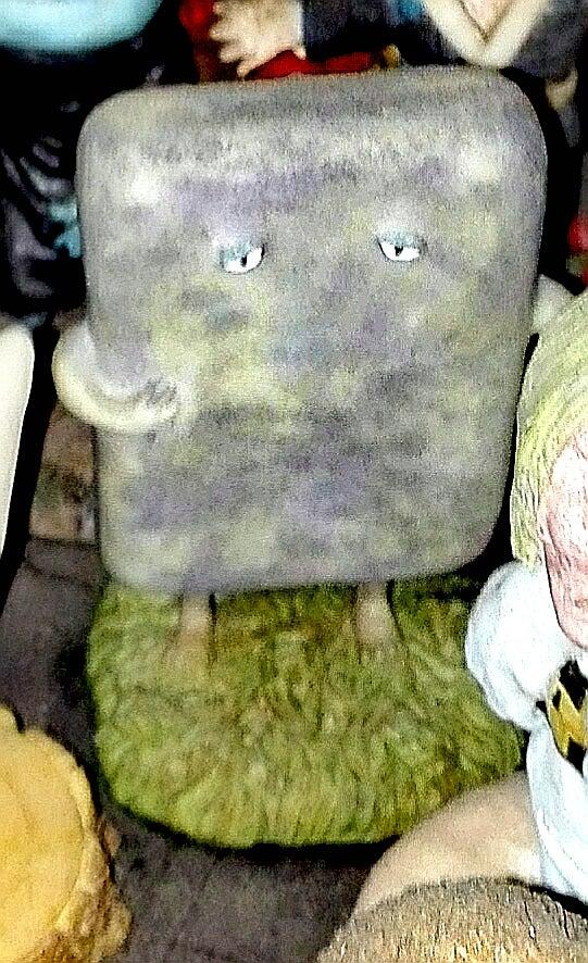 怪しい少年少女博物館2階右手奥の妖怪のコーナーに展示をしているカバヤ食品 ゲゲゲのしげる妖怪絵巻のぬりかべの食玩フィギュア。大き目なのでなかなかインパクトが