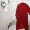 パッと目を惹く赤のスプリングコートの画像