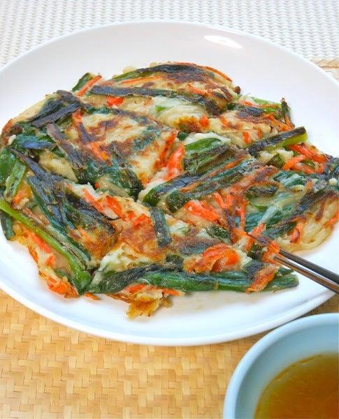 ビールに合う お好み焼き粉で簡単 ヘルシー 混ぜて焼くだけニラとえのきのチヂミ 野菜ソムリエakkiの シンプル ベジフル キッチン