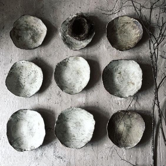 地球のマテリアルを使った自然の形や質感をテーマにする英国の陶芸家【SARAH JERATH】