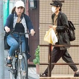 人気お笑いコンビ・チュートリアルの徳井義実(43才)と、 音楽ユニット『チャラン・ポ・ランタン』のボーカル・もも(25才) との自宅デートをキャッチした 。