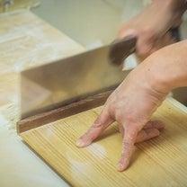 創業大正13年・「そば喰い処 やまや」の親方の蕎麦打つ姿と三種の蕎麦の記事に添付されている画像