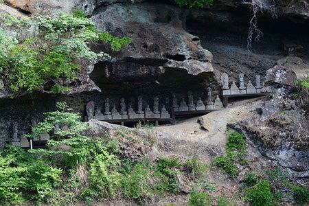 岩窟の石仏群