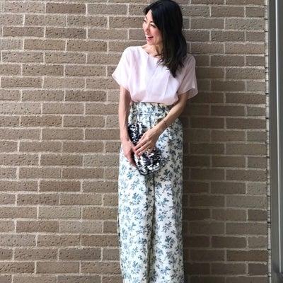 スリット入り花柄パンツの爽やか初夏スタイル Coordinate by WEARの記事に添付されている画像