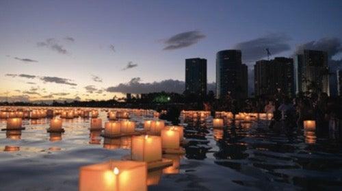 ハワイ灯籠流し 5月28日のメモリアルデーはアラモアナビーチが幻想的な