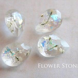 白いお花のストーンピアス☆の画像