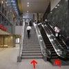あなたは駅では階段派?エスカレーター派?たった数段だとしても少しでも楽を選ぶという異様な雰囲気の画像